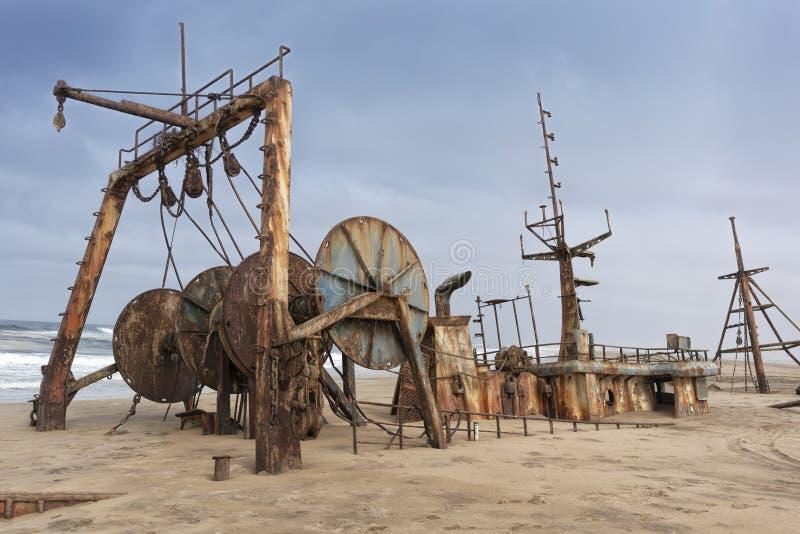 La nave demolita ed ha sepolto ed abbandonato sulla costa del deserto di Namibe L'Africa, Angola immagini stock