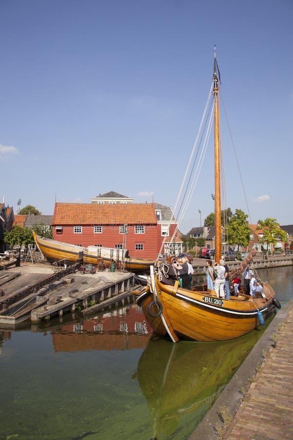 La nave di legno che entra nel porto di bunschoten lo spakenburg immagine stock