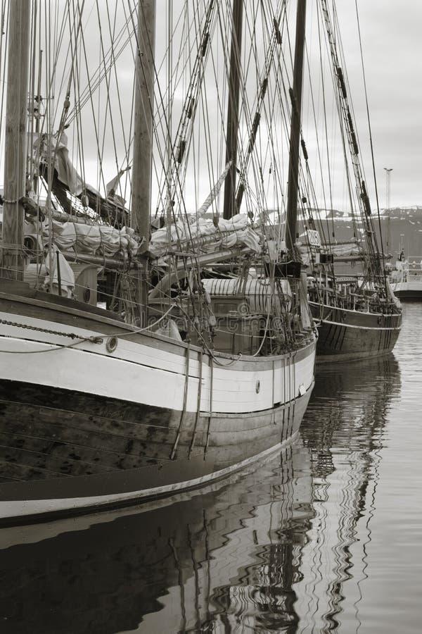 La nave di navigazione di legno in porto dettaglia l'albero e le corde. immagini stock