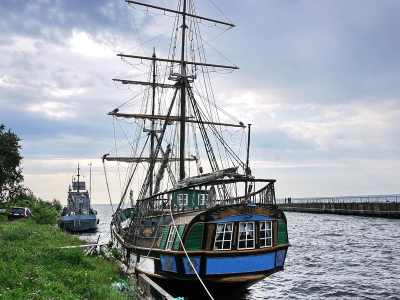 La nave di navigazione di legno è sul mare Dettagli e primo piano tempo soleggiato immagini stock