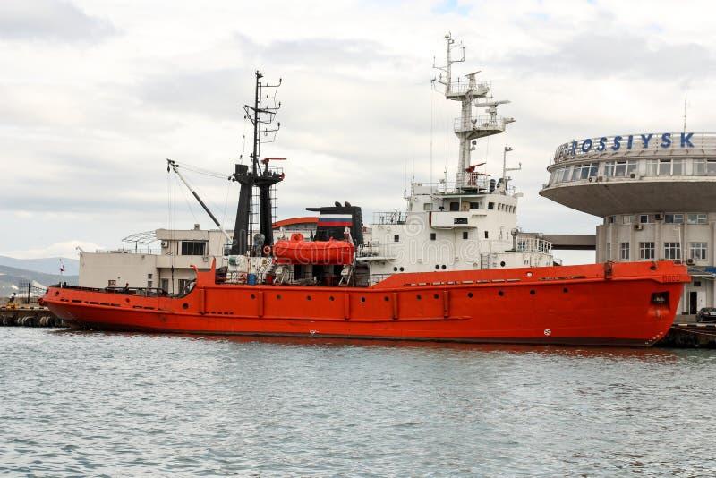 La nave en el puerto de Novorossiysk fotos de archivo