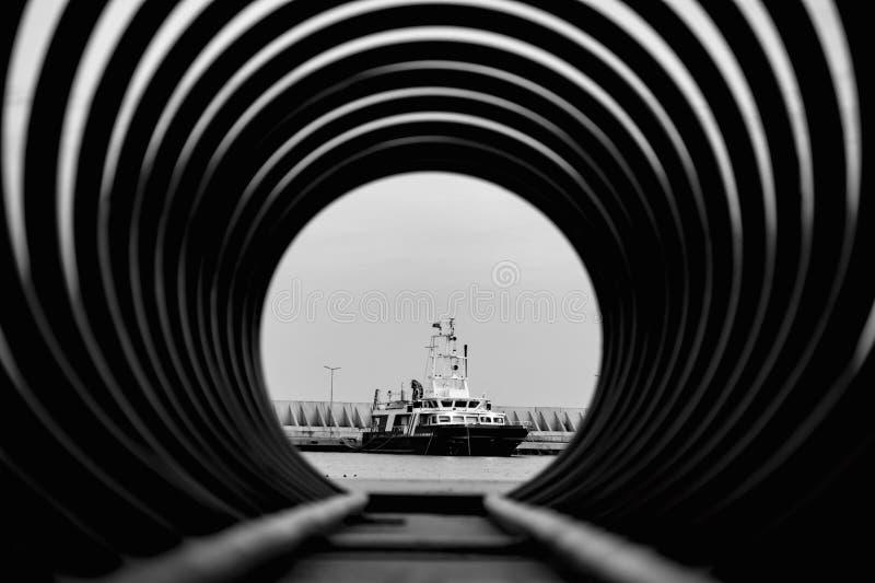 La nave en un marco espiral, de que del mar se coloca en el embarcadero, ilustración del vector
