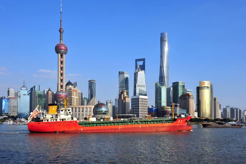 La nave enorme pasa el horizonte de Shangai imagen de archivo