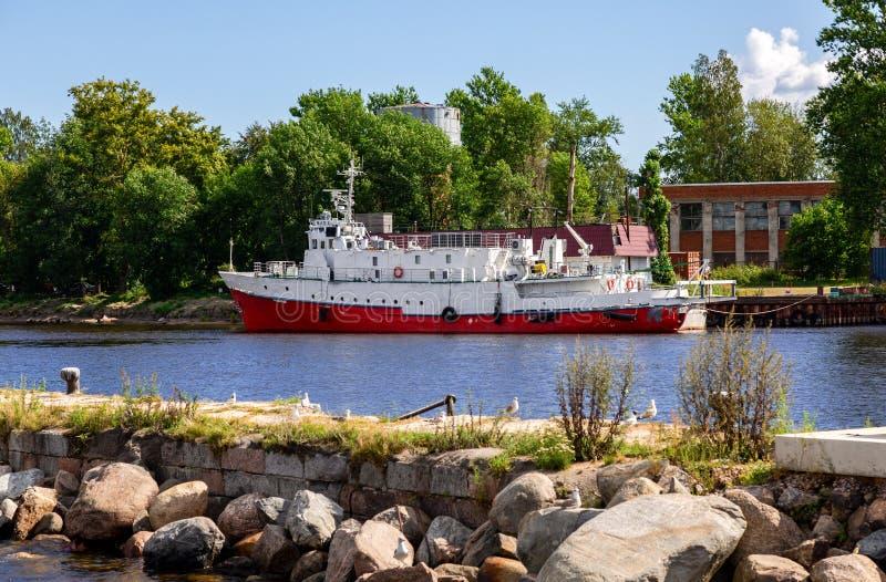 La nave está en la pared del muelle del puerto fluvial imagen de archivo