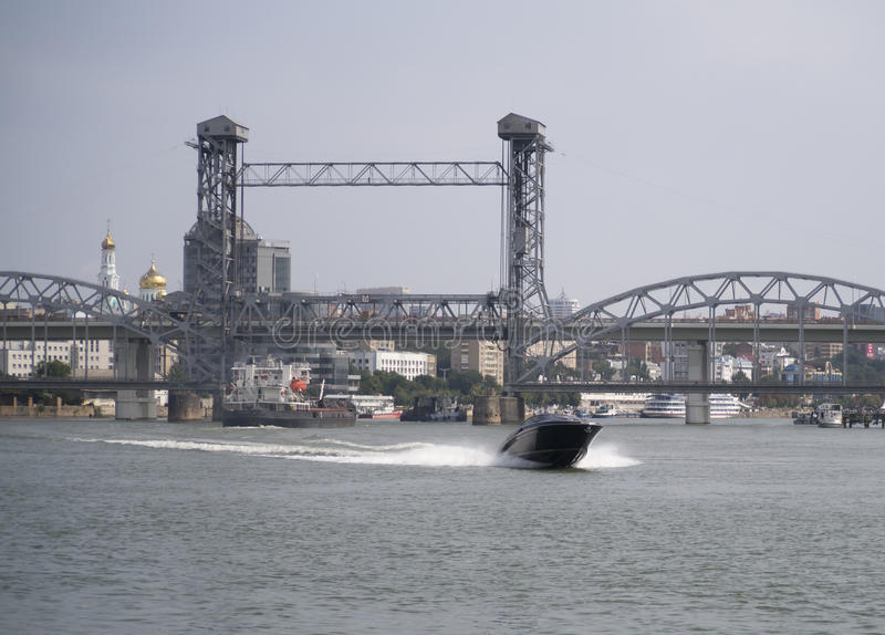 La nave galleggia sotto un drawbridge dal sud fotografia stock libera da diritti