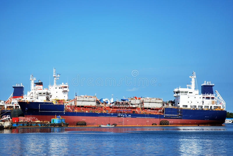 La nave grande en una amarradura. foto de archivo libre de regalías