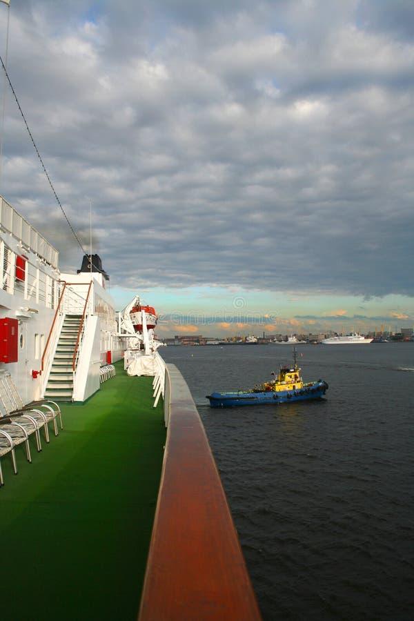 La Nave Grande Y El Pequeño Remolcador Fotos de archivo libres de regalías