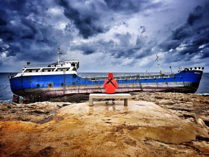 La nave greca Hephaestus ottenuto ha naufragato alla costa di Bugibba, Malta - 09 Febbraio 2018 fotografia stock libera da diritti