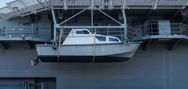 La nave o el bote salvavidas del rescate colgó en un acorazado foto de archivo