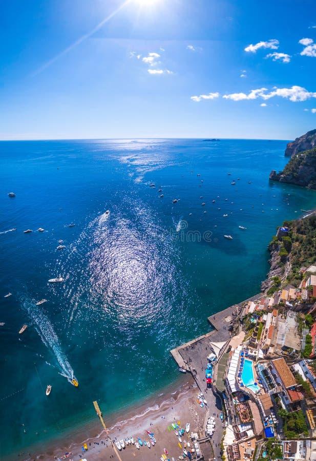 La nave parte dal giro turistico turistico completo dell'yacht del pilastro, il trasporto dell'acqua, traffico, licenza vacanza s immagini stock libere da diritti
