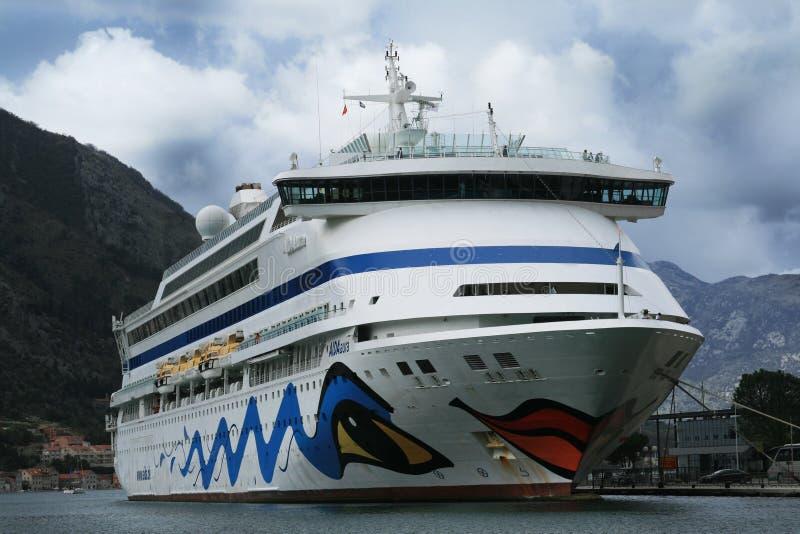 La nave passeggeri Aida Aura ha ancorato nel porto del Cattaro-Montenegro fotografia stock