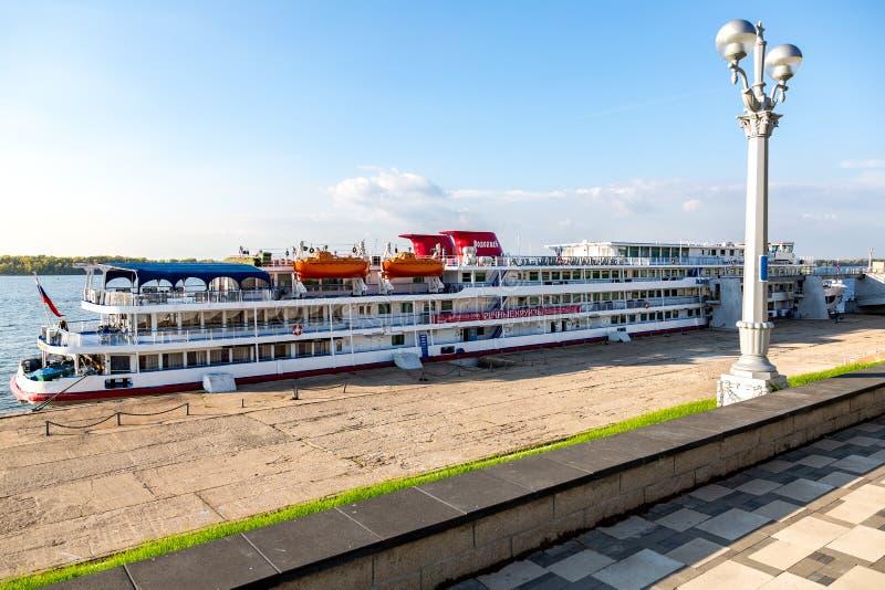 La nave passeggeri di crociera del fiume ha attraccato al pilastro sul fiume Volga immagini stock libere da diritti