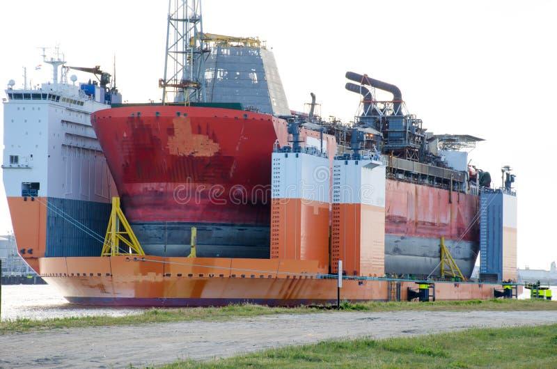 La nave pesante semisommergibile dell'ascensore della sovrastruttura ha progettato per muovere le facilità del gas e del petrolio immagini stock libere da diritti