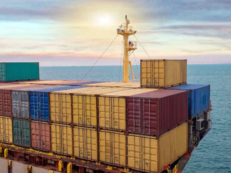 La nave portacontainer che naviga al porto della Tailandia immagine stock