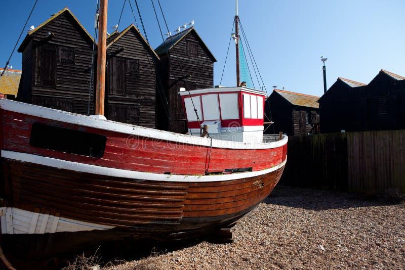 La nave roja del barco de pesca amarró en Hastings Reino Unido imagenes de archivo