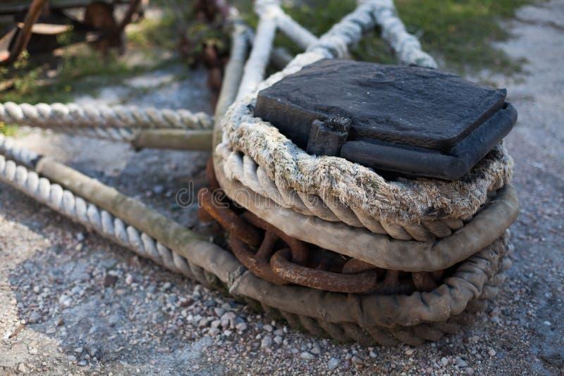 La nave se amarra a una cadena de la cuerda de la escalera del muelle fotos de archivo libres de regalías