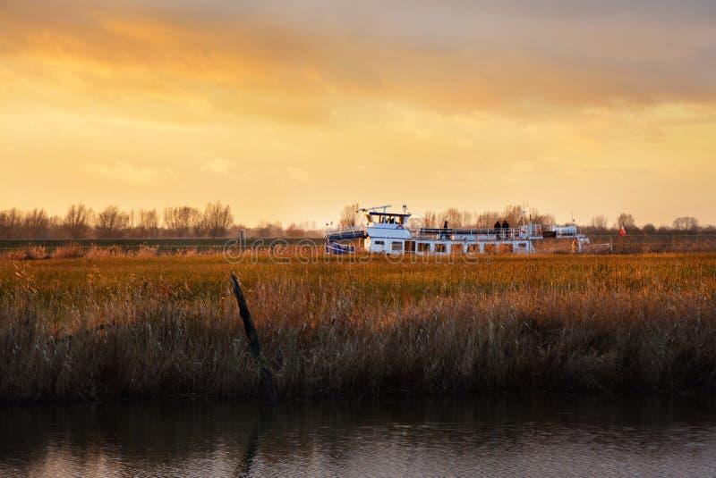 La nave sta navigando con il fiume, bei colori del cielo fotografie stock libere da diritti