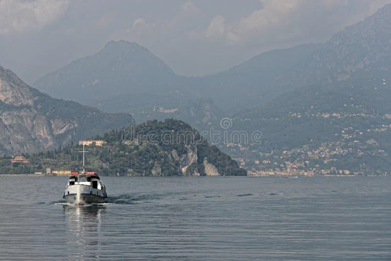 La nave sta venendo da Bellagio nel lago Como - Italia fotografia stock