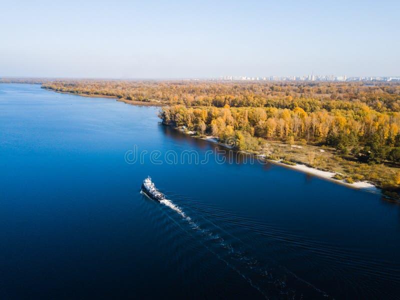 La nave va por el río de Dnipro fotos de archivo libres de regalías