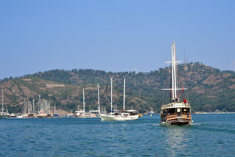 La navegación del barco de placer sale de la bahía Fethiye, Turqu?a foto de archivo