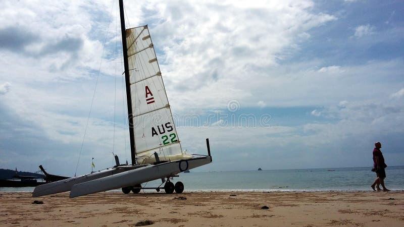 La navegación del barco hermoso en el blanco enarena el océano hermoso Tailandia de Andaman de la playa imagenes de archivo