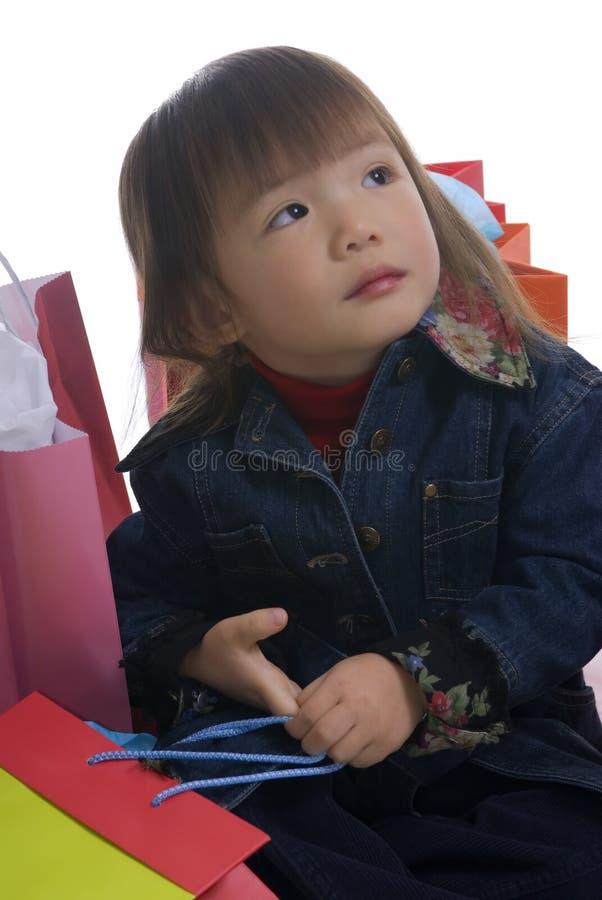 La Navidad 3 que hacen compras de la chica joven (foco suave) imagenes de archivo