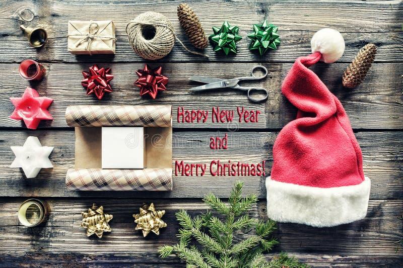 La Navidad, Año Nuevo, regalos del paquete, hechos a mano, celebración, vacaciones de invierno, regalos de la orden en línea deco fotografía de archivo libre de regalías