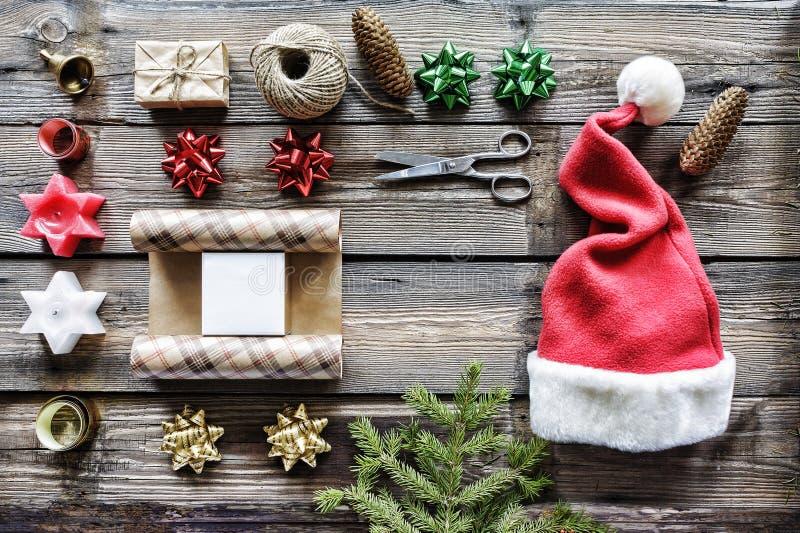 La Navidad, Año Nuevo, regalos del paquete, hechos a mano, celebración, vacaciones de invierno, regalos de la orden en línea deco imagenes de archivo