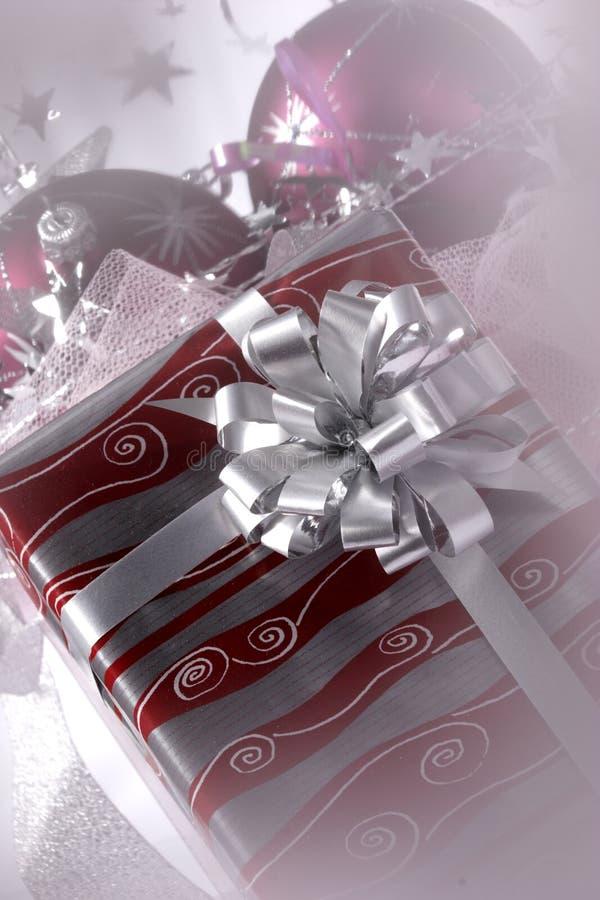 La Navidad adornó el regalo fotografía de archivo libre de regalías