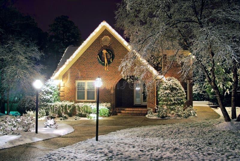 La Navidad adornó la cabaña fotografía de archivo