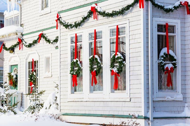 La Navidad adornó la casa imagen de archivo