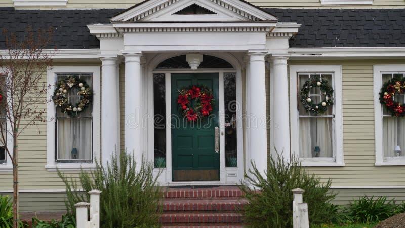 La Navidad adornó la entrada de la casa imágenes de archivo libres de regalías