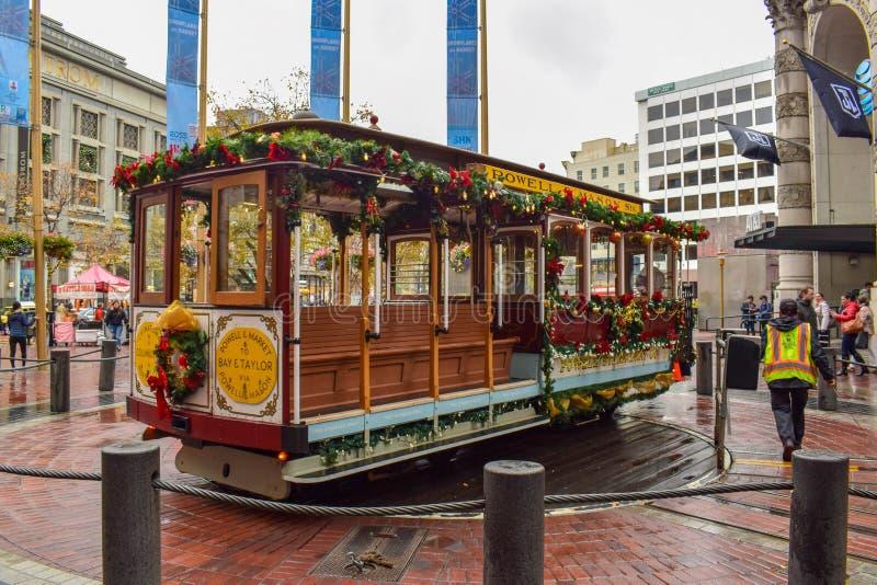 La Navidad adornó a San Francisco Historical Cable Car foto de archivo