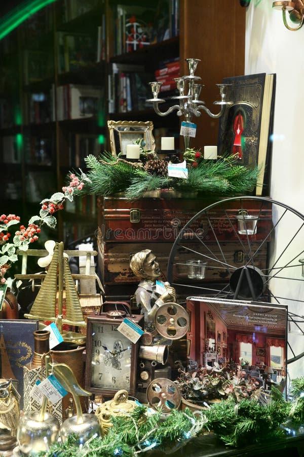 La Navidad adornó la ventana de la tienda con los regalos y los recuerdos moscú foto de archivo libre de regalías