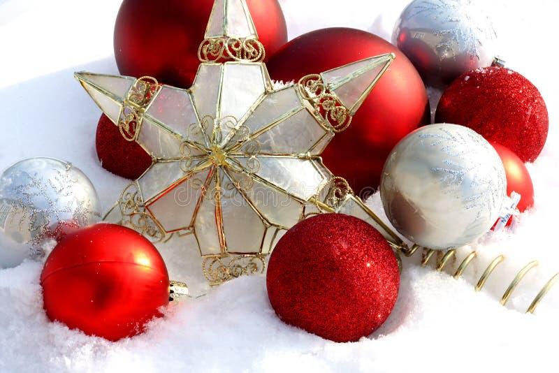 La Navidad adorna el exterior en la nieve fotografía de archivo