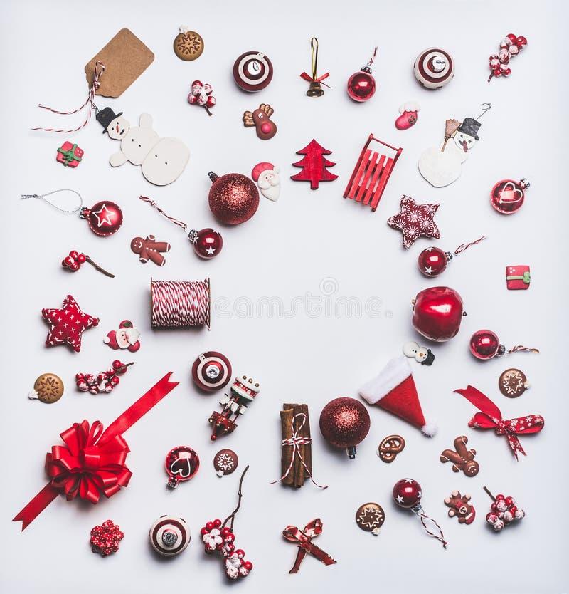 La Navidad adorna la endecha del plano hecha con la composición redonda del marco del círculo en el fondo blanco, visión superior fotografía de archivo libre de regalías