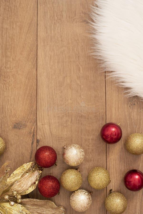 La Navidad Bolas de la Navidad del oro en un fondo de madera Concepto de las vacaciones de invierno Visión superior con el espaci imagen de archivo libre de regalías