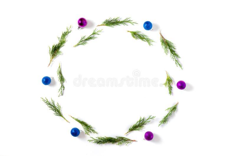 La Navidad Bolas del azul y de la lila, ramas de árbol de abeto en el fondo blanco La Navidad, invierno, concepto del Año Nuevo fotos de archivo libres de regalías