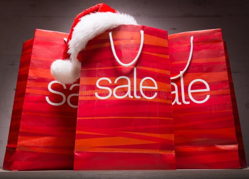 La Navidad - bolso de la venta, rebaja, en el fondo de madera imagen de archivo libre de regalías
