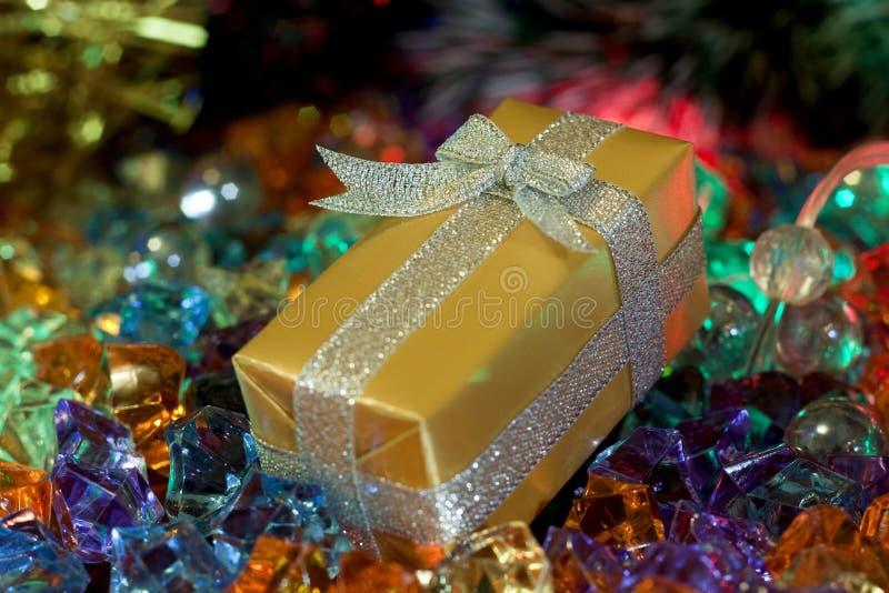 La Navidad, caja de regalo del oro del ` s del Año Nuevo foto de archivo