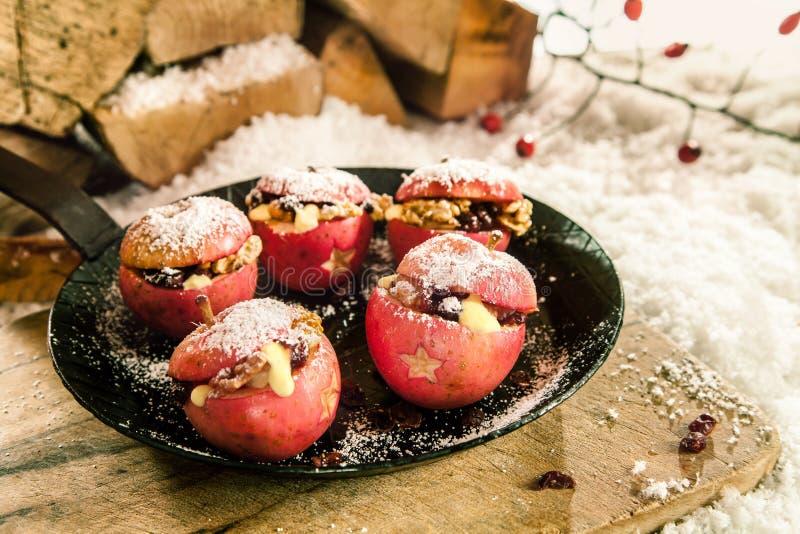 La Navidad coció manzanas rellenas foto de archivo libre de regalías