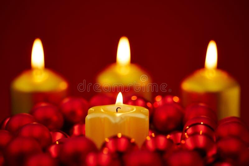 La Navidad con cuatro velas ardientes fotos de archivo libres de regalías