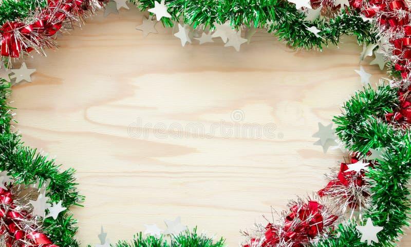 La Navidad de la cinta del arco iris, fondo de madera en espacio de la copia imágenes de archivo libres de regalías