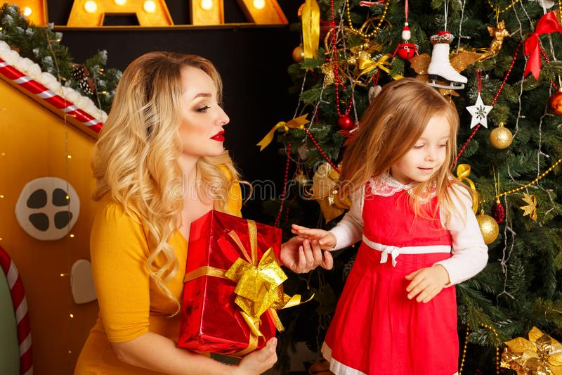 La Navidad de la familia Madre e hija fotos de archivo