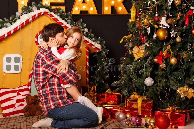 La Navidad de la familia Padre e hija imagen de archivo libre de regalías