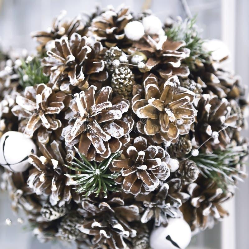 La Navidad de la Navidad hace la bola de la decoración a mano de los conos de abeto, hecha a mano foto de archivo
