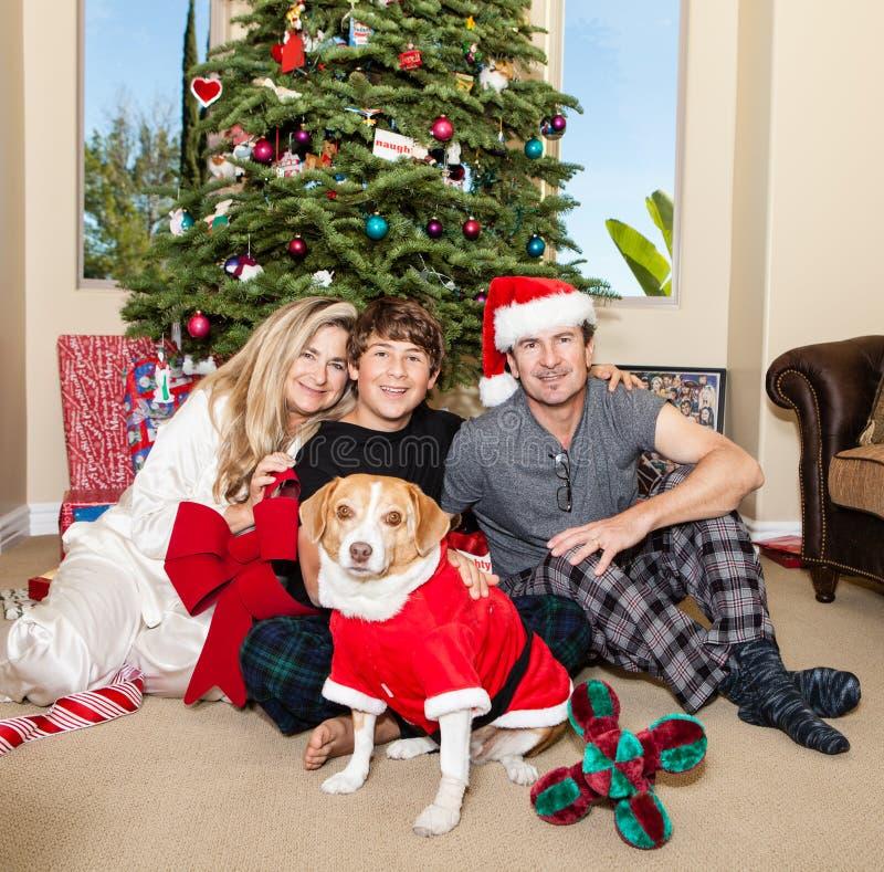 La Navidad de la familia en pijamas imagen de archivo libre de regalías