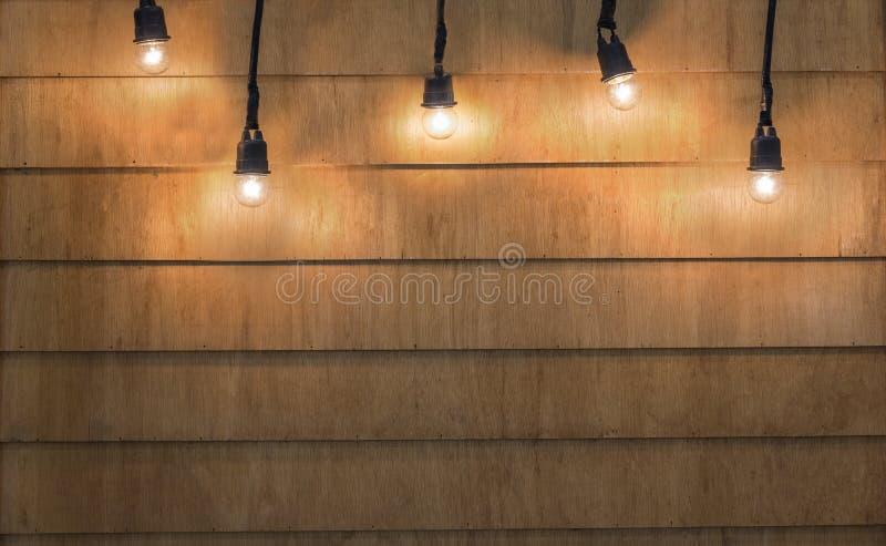 La Navidad de las bombillas en el fondo de madera de la textura Bombillas encendido fotos de archivo