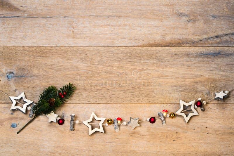 La Navidad de madera protagoniza delante de fondo de madera como plantilla imagenes de archivo