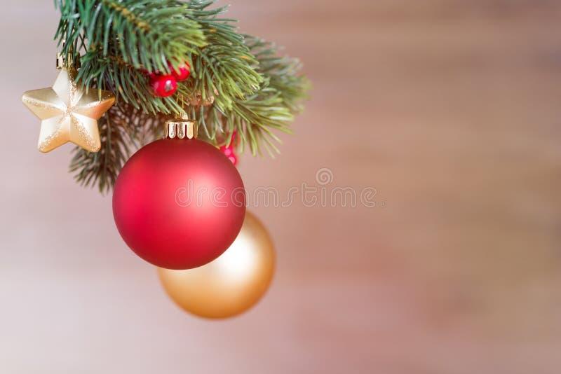 La Navidad de madera protagoniza delante de fondo de madera como plantilla imagen de archivo libre de regalías